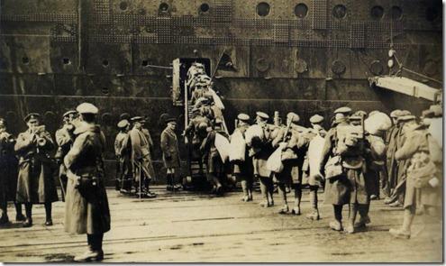 Soldados canadenses subindo a bordo Olympic após a Primeira Guerra Mundial para o seu regresso à terra natal