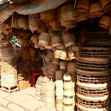 Cest dans ces petits pots de paille que le riz gluant est servi dans les restaurants. A manger en boule avec ses doigts !