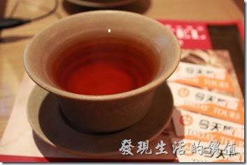 南投日月潭-雲品酒店。難得的高級茶杯組,那就趕緊來泡杯茶,這裡左走邊的是茉香綠茶,右手邊的是紅玉,感覺紅茶比較好喝。