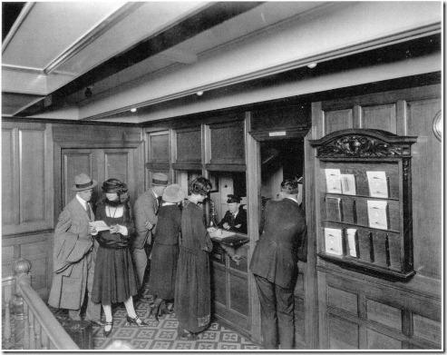 Balcão de informações dos passageiros da 2ª classe no Olympic. E Deck