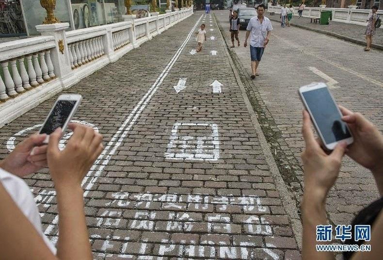 cellphone-sidewalk-chongqing-4