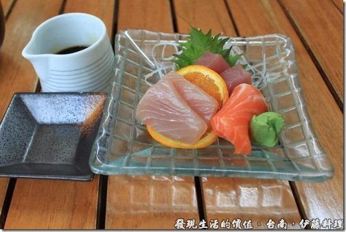 台南伊藤日本料理,這是我點的生魚片主菜,如果可以在下面鋪上一層碎冰的話,讓生魚片可以一直保持在低溫,吃起來會更可口喔!
