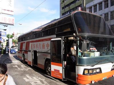 高雄に到着。このバスに乗って移動しました。