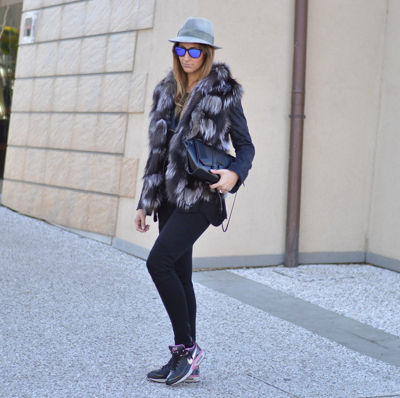 Nike, Nike Air Max, Nike sneakers, True Religion pants, Zara, Zara black, Zara black bag, fur, furry, fur vest, Oakley, Mirror lens, look da giorno, outfit da giorno