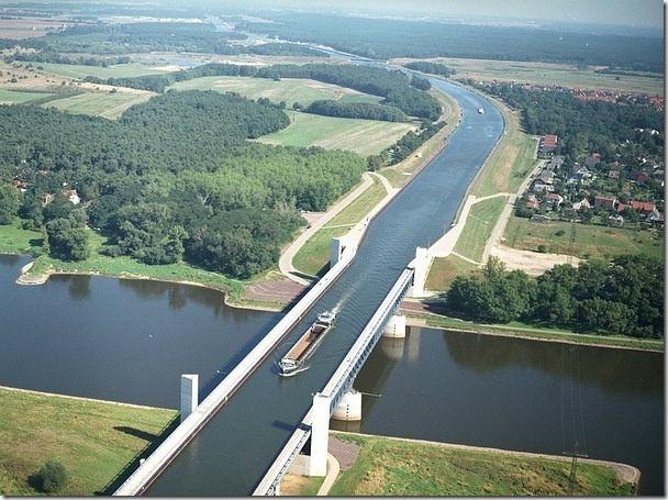 見過水上有水?這是德國的一條運河越過另一條河的畫面。