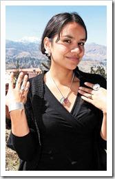 Valessa Sahashi muestra el diseño de joyas hechas con sal de Uyuni en combinación con la bolivianita. Tienen un secreto empresarial la resina que mantiene la sal.
