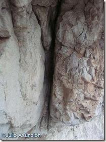 Grieta de posible simbología sexual en el Racó de Cortés - Alicante