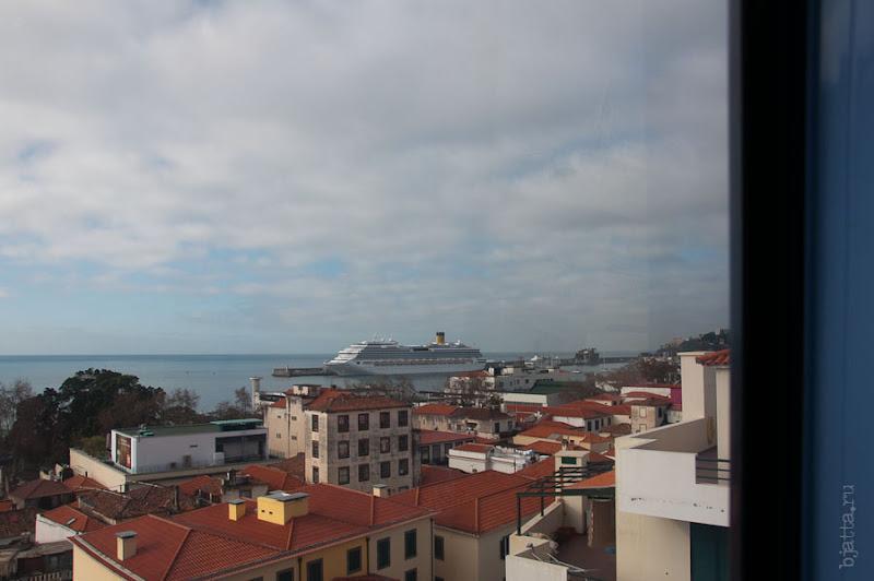 4. Взгляд на лайнер из окна кабинки. Канатная дорога. Фуншал. Мадейра. Круиз на Costa Concordia.