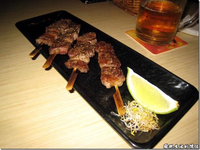 十九酒食居酒屋。小牛肉串燒NTD160,這裡有兩份四串,老婆不准我吃牛肉,這次沒有破戒。所以各位看倌就自己想像一下個中滋味吧!