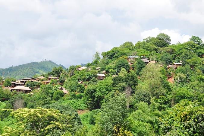 Imagini Thailanda: Peisaj cu casele pe munte din satul Akha, Akha, Thailanda