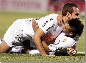 Neymar (dir.) e Zé Love celebram o 3º gol do Santos [Foto - Andres Cristaldo - Efe]