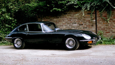 Jaguar E-Type V12 in unbrocken aerodynamic line. Foto: Stefan Wahl Jaguar XK-E, with Head-Light-Cover Kit. The Head-Lamp-Cover Conversion Kit made by designer Stefan Wahl in the tradition of Malcolm Sayer. / Jaguar E-Type mit Scheinwerferabdeckungen, designed und hergestellt von Designer Stefan Wahl in der Tradition von Malcolm Sayer.