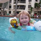 Silje bader i poolen ved Riverside Apartments i Ho Chi Minh City