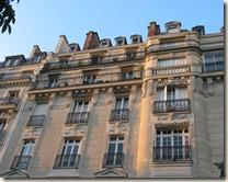 Sur la figure, prise rue Froidevaux, on voit une cheminée de balcons en bow-windows