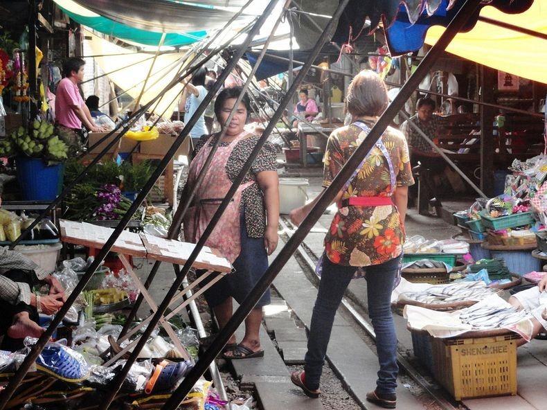 maeklong-railway-market-1
