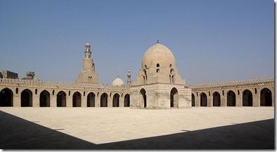 800px-Kairo_Ibn_Tulun_Moschee_BW_4