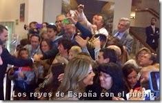 Los reyes de España con el pueblo