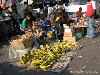 Une vue des vendeuses des fruits au marché central de Kinshasa, ce 19/03/2011. Des fruits étalés de par le sol sur la chaussée principale qui traverse le marché. Radio Okapi/ Ph. John Bompengo