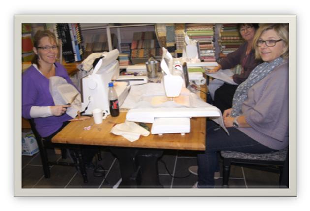 Tre galde damer ved symaskinene.