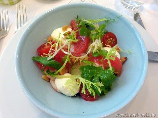 Салат с креветками, помидорами-черри, маскарпоне, грейпфрутом и кедровыми орешками