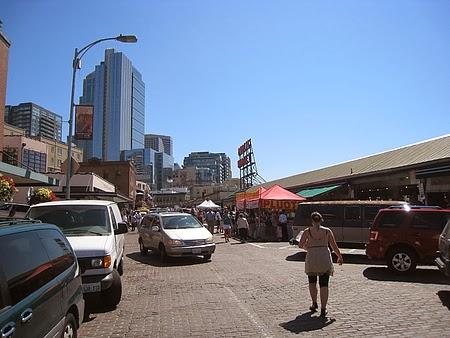 走進農夫市場前的街道