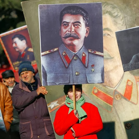 People-carry-portraits-Stalin