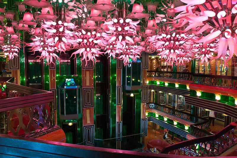 Первый день в круизе на Costa Concordia. Через центральный холл спускаемся на 4-ю палубу - палубу баров, казино и ресторанов.
