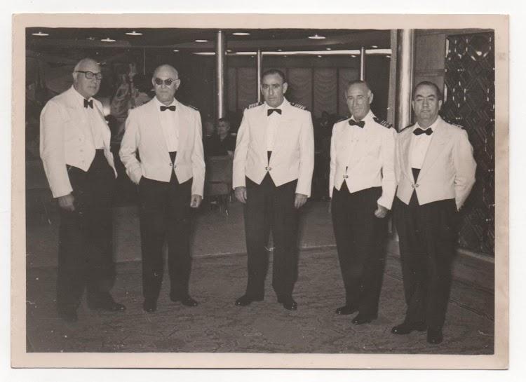 CABO DE HORNOS. El segundo por la izq. es el capitan Losada, y el segundo por la derecha el 1º of. Oñate. Foto Angel Maruri.jpg