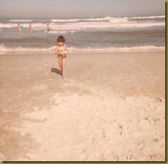 Daniela pequena na praia