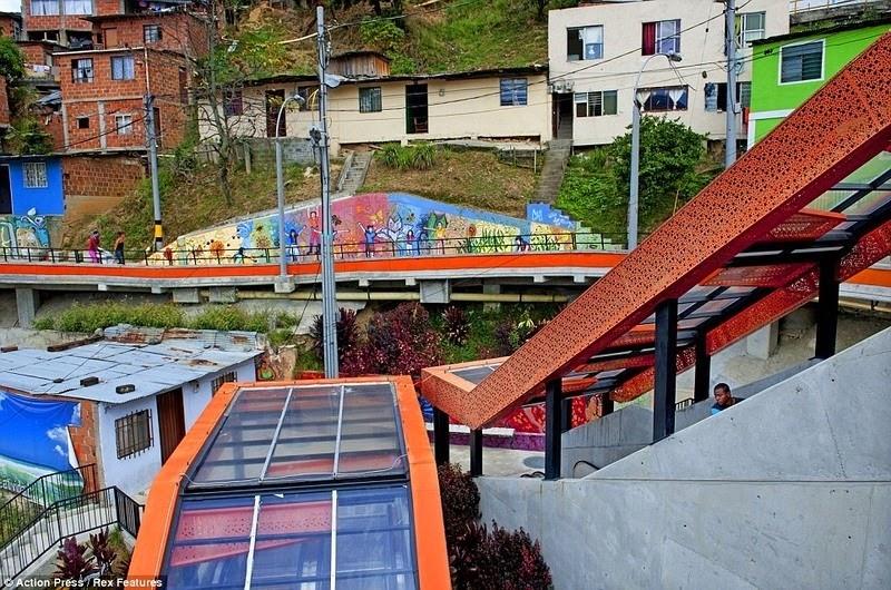 medellin-comuna-13-escalator-7