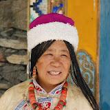 Jiuzhaigou - Ama, femme tibétaine à l'entrée de sa maison