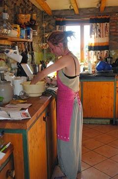 Anna helpt in de keuken