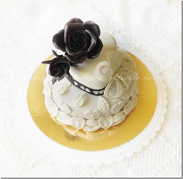 Torta con rose nere