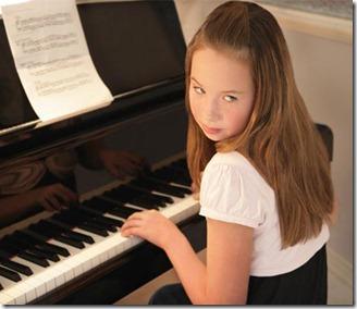girl_practising_piano_1801124