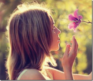 menina-cheirando-flor_large