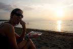 Apéro sur la plage de sable noir de Lovina