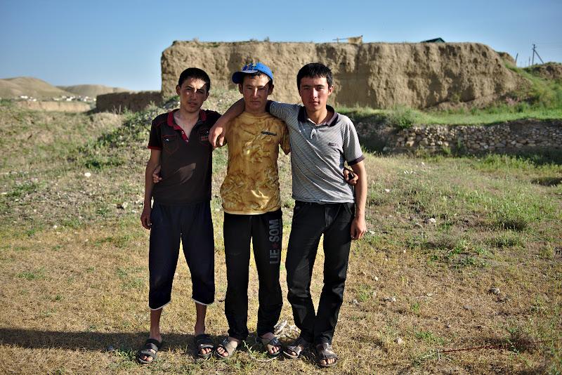 3 frati, si casa lor pe ridicaturia de pamant din spate.