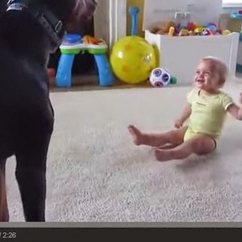 Παίζοντας με το μωρό.