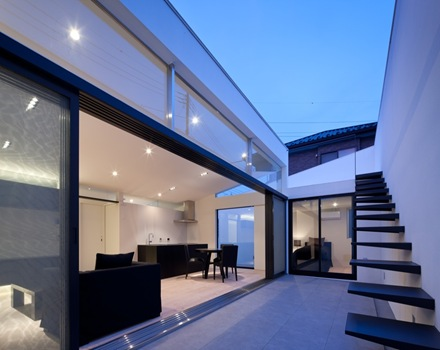 Casa mur dise o minimalista al estilo japones arquitexs for Puertas para patio interior