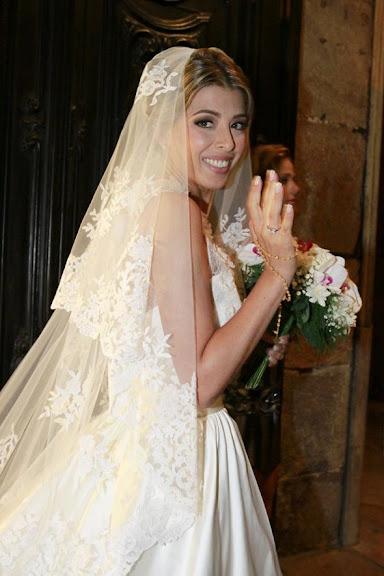 Noiva Roberta Fernandes antes de entrar na Igreja, o casamento foi com o Ator Marcelo Serrado.