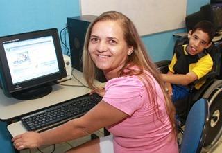 Mãe utiliza SIGEduc para matrícula do filho fot Ivanizio Ramos (30)