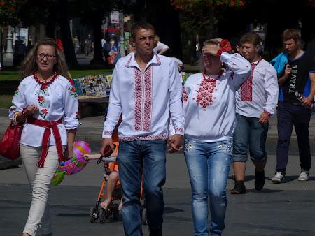 11. toata lumea in costume nationale.JPG