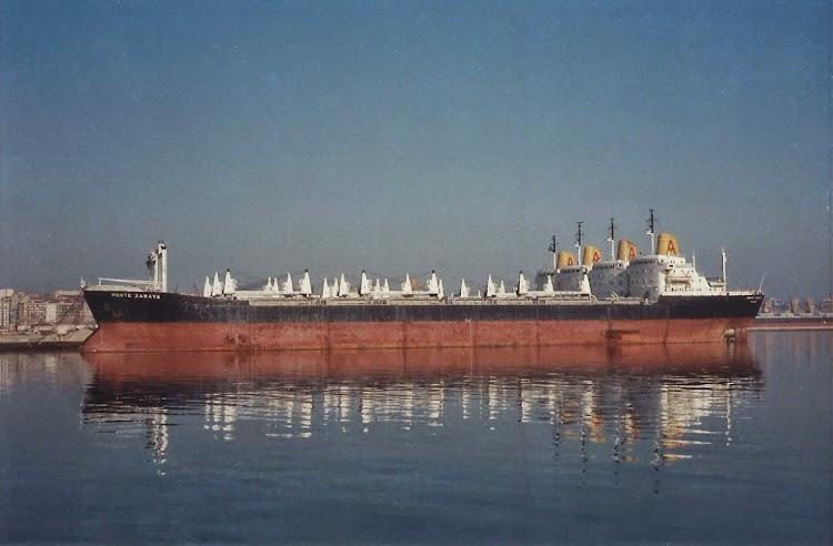 Santander 5 de noviembre de 1982. Fotografia de Juan Ignacio Ugarte. Ya retirados . En primer termino el MONTE ZARAYA, despues el ZALAMA y el ZAPOLA, y al muelle el MONTE ZAMBURU.jpg