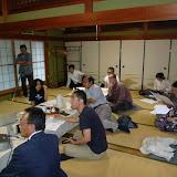 リラックスした雰囲気の中、スマン氏の話に耳を傾けるメンバー / The members listened to the intriguing story of Mr. Seman in a relaxed manner.