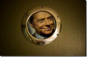 WC - Il volto di Silvio indica l'entrata del bagno degli uomini