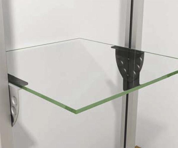 Entrepaño regulable de cristal con mensula metálica para sujeción.