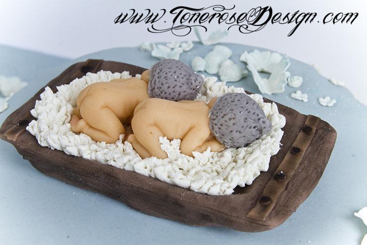 Dåpskake med tvillinger i marsipan sovende på skinnfell - vakre nyfødtbilder spiselig print. Håndlaget marsipanpynt