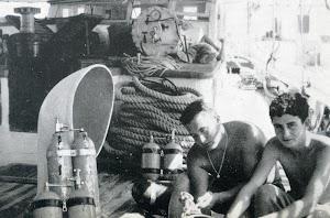 Preparando los equipos de inmersión.Foto del libro LA ULTIMA FRONTERA.jpg