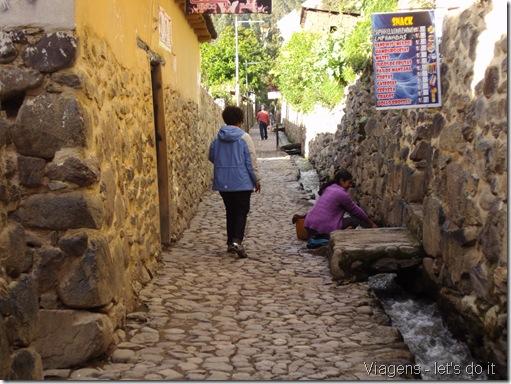 Casa colonial em Ollantaytambo construída sobre muro de pedra