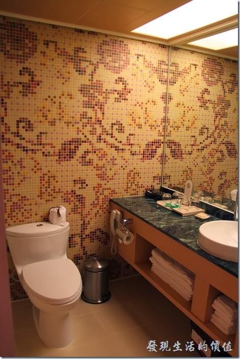 花蓮-翰品酒店。客房浴室內有馬色克拼貼,大理石琉璃台,有浴缸,但沒有乾濕分離。